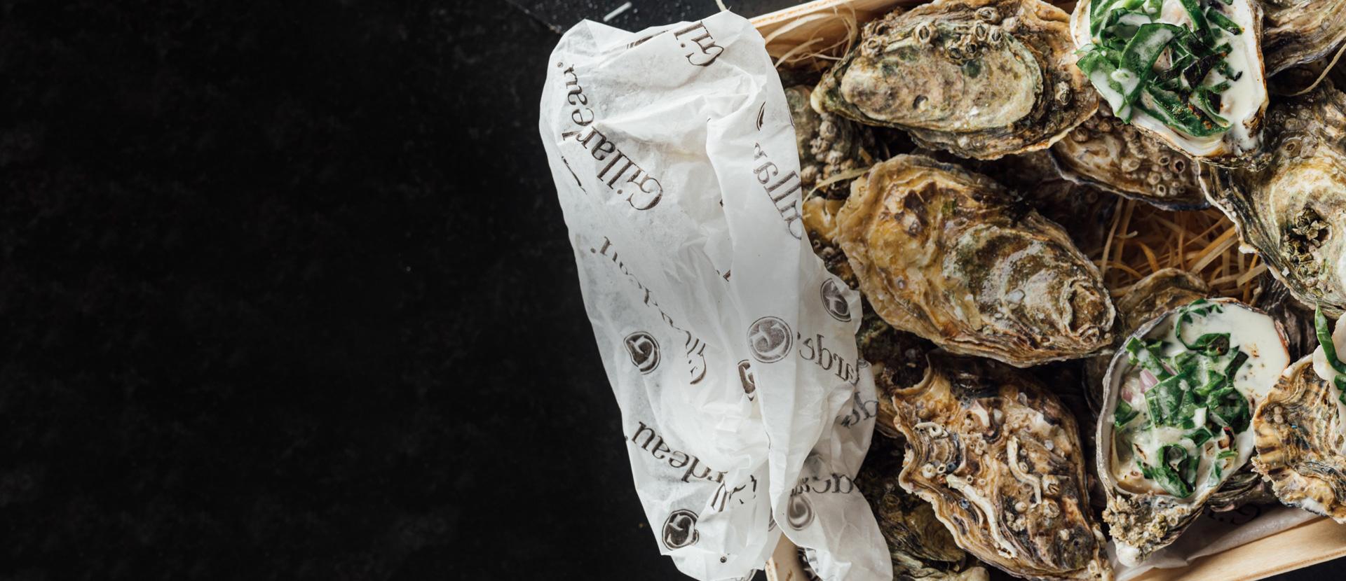 Warme oester met romige spinazie